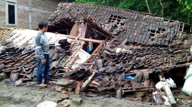 Rumah milik Mbah Wardi roboh setelah diterjang angin puting beliung. (istimewa)