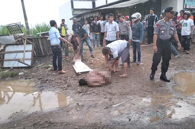 Dua pria telanjang saat diamankan polisi di depan Pasar Trangkil