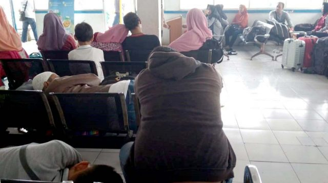 Calon penumpang tertidur menunggu jadwal keberangkatan kapal di Pelabuhan Kartini Jepara