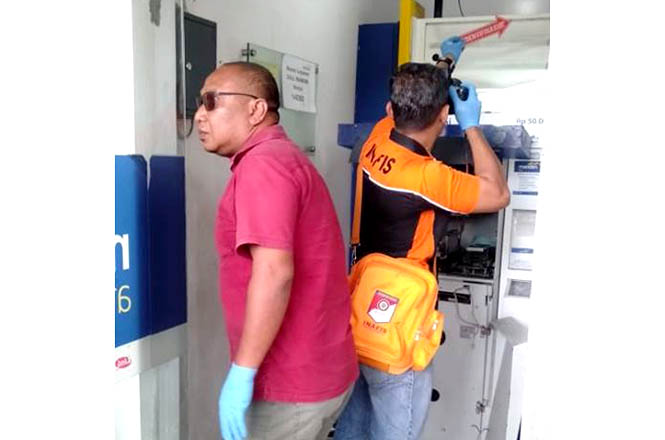 Tim INAVIS Polres Kudus tengah melakukan olah TKP di mesin ATM yang dibobol maling