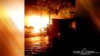 Api berkobar membakar kios di Pasar Brayung, Kudus. (Tajuk Muria)