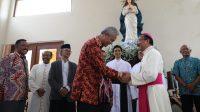Gubernur Jateng Ganjar Pranowo saat mengunjungi Romo Mgr Robertus Rubiyatmoko, Uskup Keuskupan Agung Semarang untuk memberi ucapan Natal