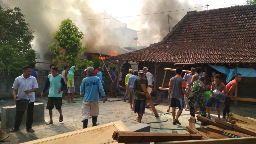 Warga bergotong royong memadamkan api yang membakar rumah di Jaken, Pati. (Humas Polres Pati)