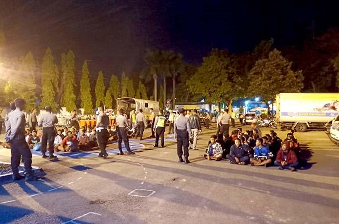 Polisi mengamankan para remaja yang tengah balapan liar. (Humas Polres Rembang)