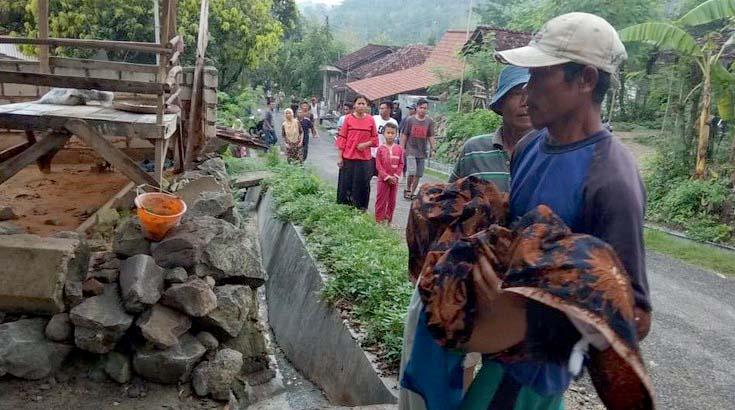 Jenazah bocah yang tenggelam di lubang galian tambang dibawa ke rumah duka. (Foto : dok. Ubaloka)
