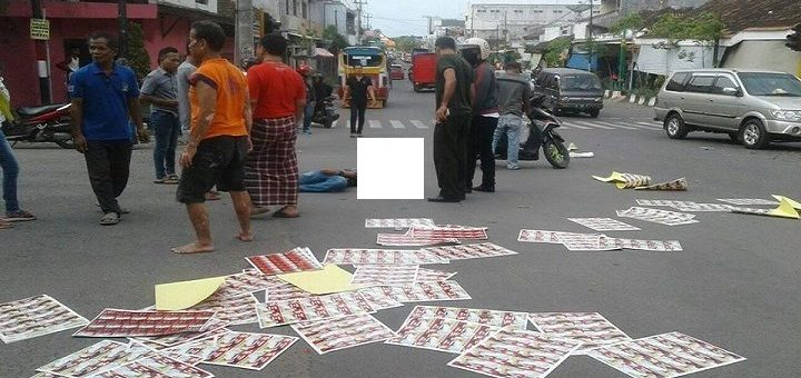 Pengendara Yamaha Vixion terkapar di tengah jalan setelah tertabrak bus. (Foto : Humas Polres Rembang)