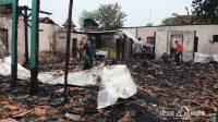 Warga mencari sisa-sisa barang berharga dari puing-puing rumah yang terbakar