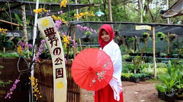 Salah satu model Yutaka Farm dengan memakai baju kimono dan payung ala Jepang (Sumber dari: Siti Qoni'ah)