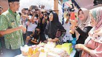 Bupati Kudus HM Tamzil saat melihat produk-produk UMKM di Desa Damaran, Kecamatan Kota. foto:istimewa