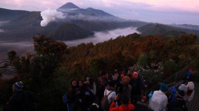 Wisatawan menikmati pemandangan matahari terbit di Gunung Bromo, Jawa Timur. (Istimewa)