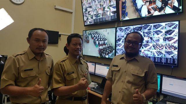 Kepala Cabang Dinas Pendidikan Wilayah lll Provinsi Jateng/ Drs. Sunoto, MM melakukan monitoring pelaksanaan UNBK di SMK Wisudha Karya Kudus (25/3/2019). (Tajukmuria/Arif)