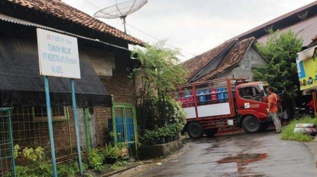 Tanah milik PT Kereta Api Indonesia (KAI), salah satua aset bangunan, yang masih berdiri di Juwana. (suaramerdeka.com/Beni Dewa)