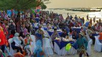 Suasana saat Bupati Rembang dan Wakil Bupati berada ditengah-tengah acara seafood party di pantai nyamplung di Desa Tritunggal Kecamatan Rembang