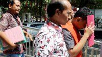 Staf Kejari Rembang yang tilap uang tilang menutup wajahnya. Foto: Dok. Istimewa