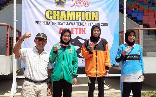 Para peraih medali di nomor lari 100 meter putri pada Pospeda VIII cabor atletik yang berlagsung Jumat (13/9) pagi di Stadion Tri Lomba Juang, Semarang