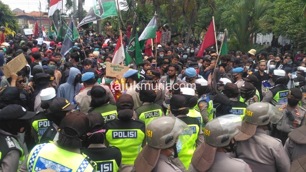Demo tolak Omnibus Law di depan gedung DPRD Kudus, Kamis (8/10/2020). Foto: Arif Hidayat/tajukmuriacom